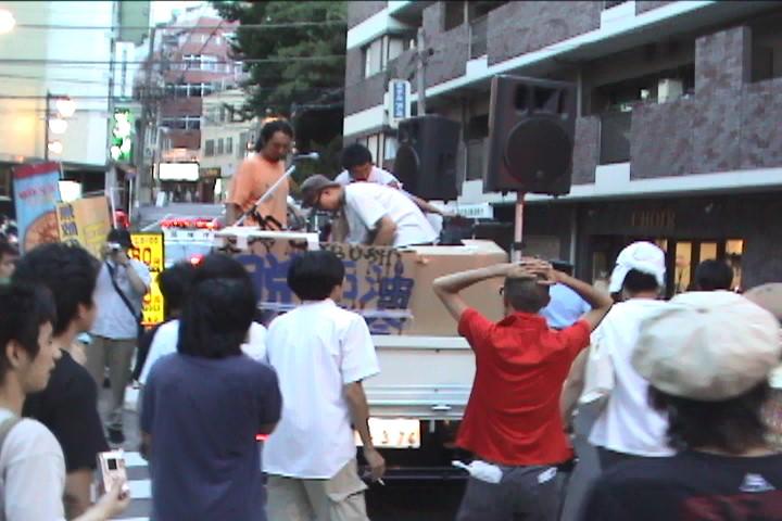2005年のデモ行進の高円寺中央公園前の様子