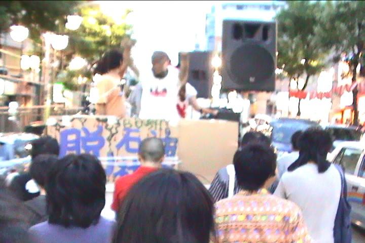 スピーカーからはゴーストバスターズのテーマが鳴っている。2005年当時のデモ行進。