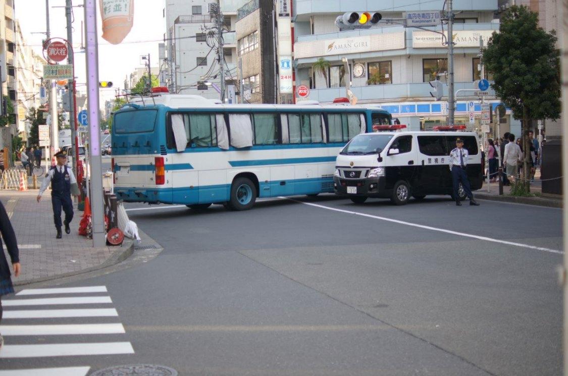 大道芸のために道路を封鎖している警察車両