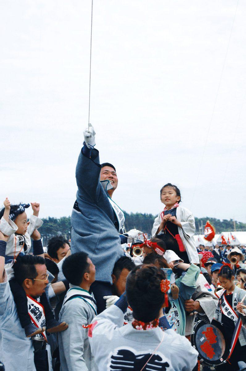 凧揚げ合戦で初子を祝う